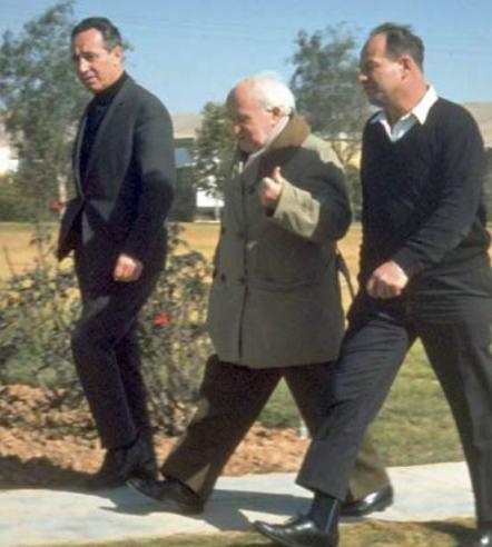Ben Gurion al centro con Shimon Peres a sinistra, nel 1969
