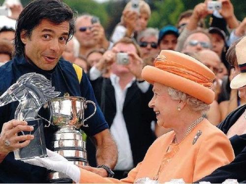 Sua Maestà la Regina Elisabetta II consegna un trofeo a Elfio Marchini, campione di polo