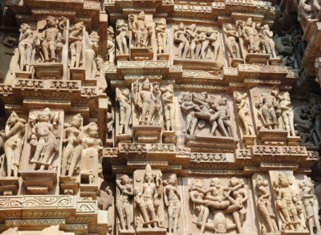Kamasutra sul muro del tempio indu di Khajuraho. India