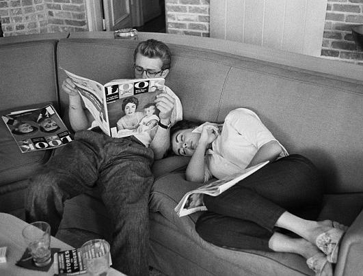"""Elizabeth Taylor e James Dean sul set de """"Il Gigante"""""""