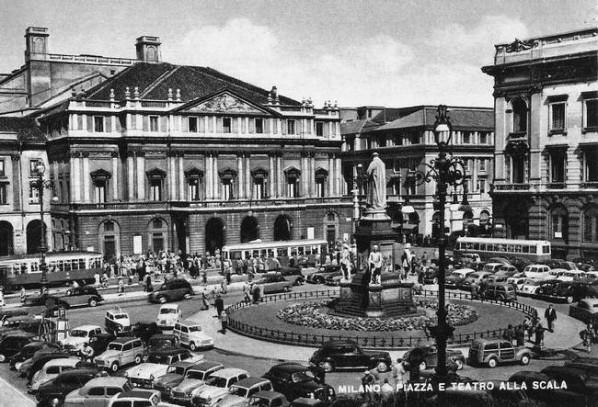 Piazza-E-Teatro-Alla-Scala-598x407