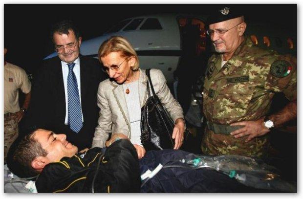 Romano Prodi ed Emma Bonino accolgono un soldato ferito di rientro dall'Afganistan