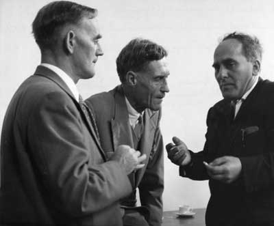 Giuseppe Occhialini (a destra) con i premi Nobel C.F. Powell (a sinistra) e P. Blackett (al centro)