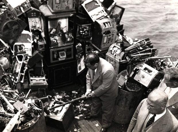 1934, il sindaco di New York Fiorello La Guardia prende a mazzate alcune slot machine