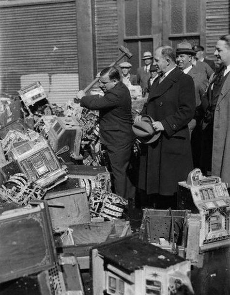 Fiorello La Guardia a New York distrugge le Slot Machines