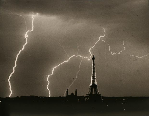 Eiffel-Tower-Summer-Storm-1927-Andre-Kertesz