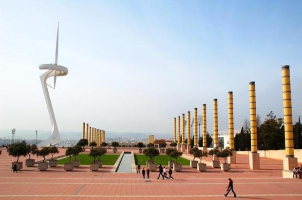 La Torre delle telecomunicazioni, detto tra parentesi, non serve proprio a nulla, è solo un monumento alla società spagnola di telefonia Telefonica