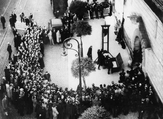 Parigi, 17 giugno 1939, l'ultima esecuzione pubblica mediante ghigliotttina; Eugen Weidmann il nome del condannato