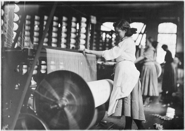 lincoln_cotton_mills_evansville_ind-_girls_at_weaving_machines_warpers-_evansville_ind-_-_nara_-_523100