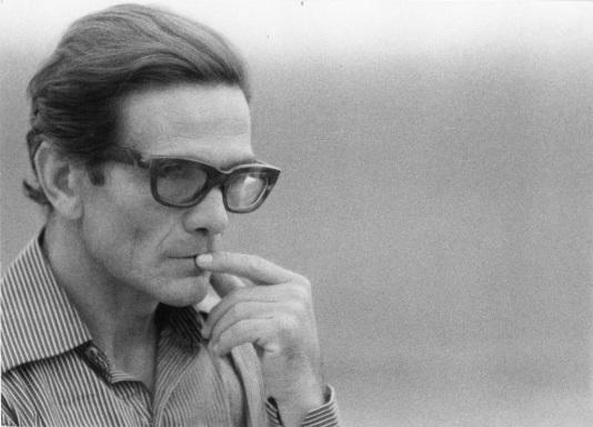 pasolini-durante-le-riprese-romane-de-il-fiore-delle-mille-e-una-notte-1973-foto-di-gideon-bachmann