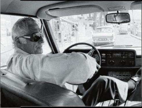 nel-1975-con-un-paio-di-occhiali-da-sole-statement