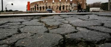 270242 : (Cecilia Fabiano / EIDON), 2009-02-06 Roma - - Strade di Roma. Manto stradale dissestato dopo il maltempo - Colosseo