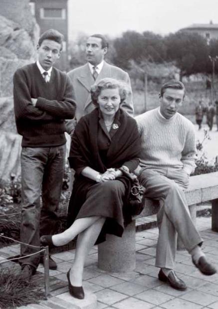 1Fabrizio-con-i-genitori-e-il-fratello-Mauro-a-Cagliari-nel-Natale-1955-56