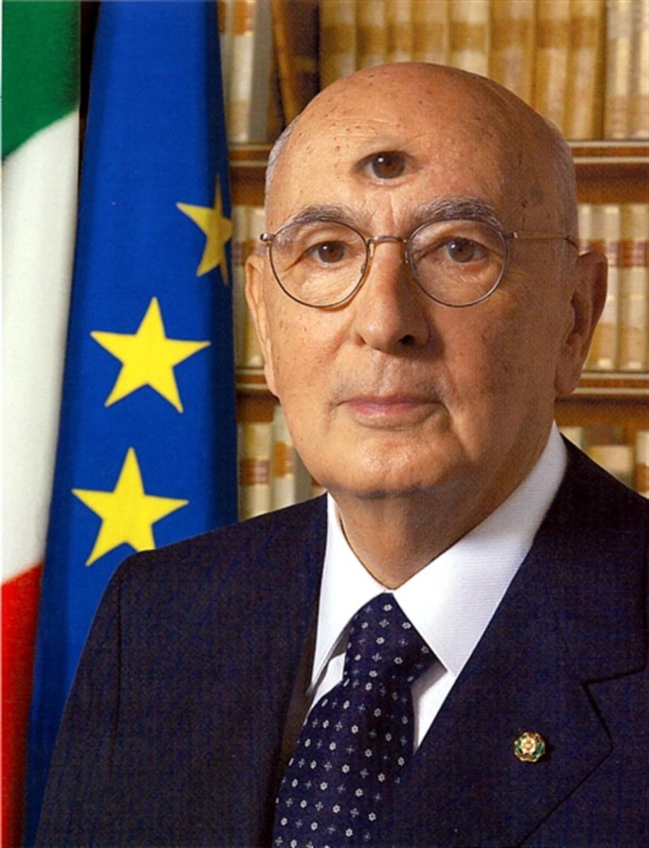 Il vecchio comunista Giorgio Napolitano non perde il vizio di agire contro l'interesse della Patria