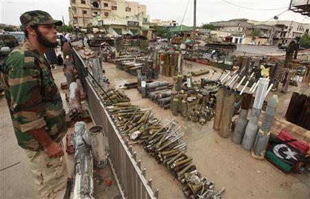 9919-miliziano-vigila-su-un-deposito-darmi-in-libia-10
